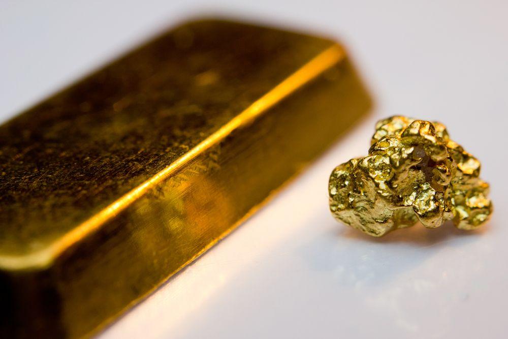 Слиток золота и бесформенный кусок золота