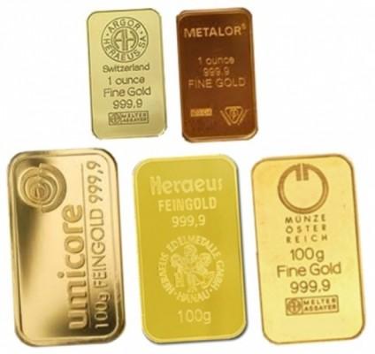 Слитки золота на белом фоне