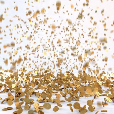 Дождь из золотых монет на белом фоне
