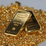 Два слитка золота в золотой россыпи