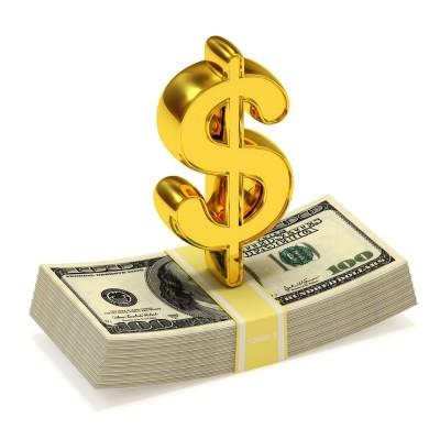 Золотой значок доллара США поверх стопки купюр долларов США