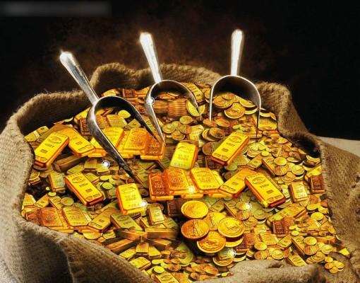 Золотые слитки и монеты в совках и мешке
