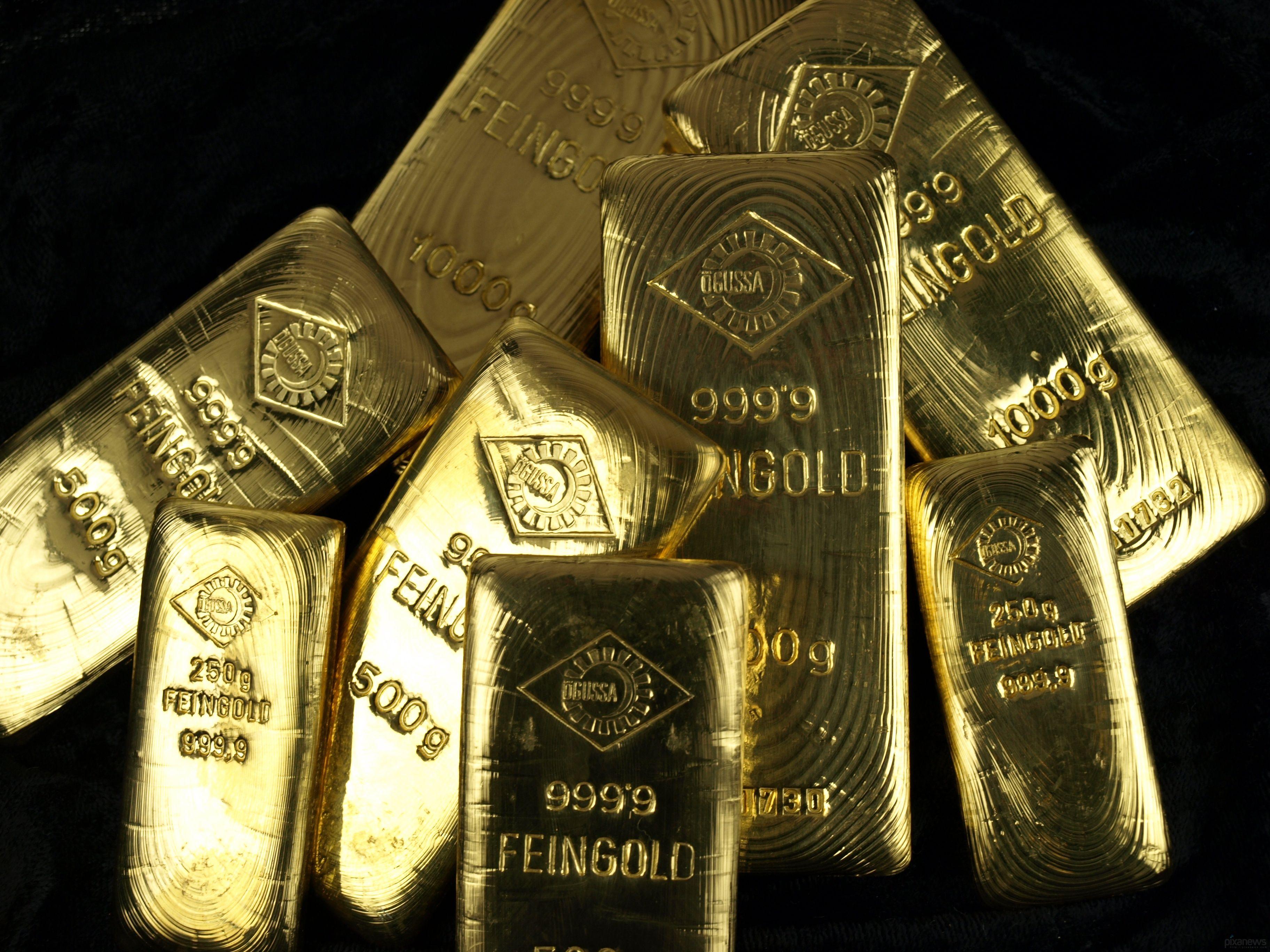 Слитки золота на чёрном фоне