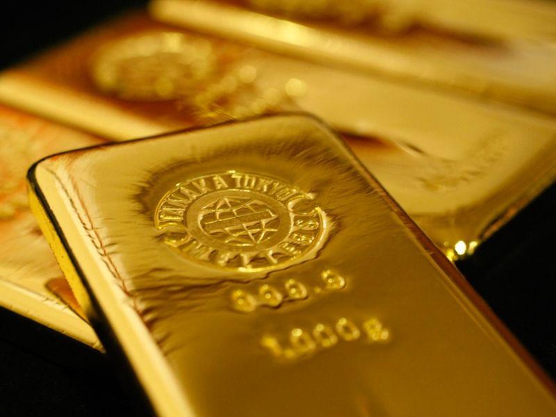 Слиток золота на фоне слитков золота