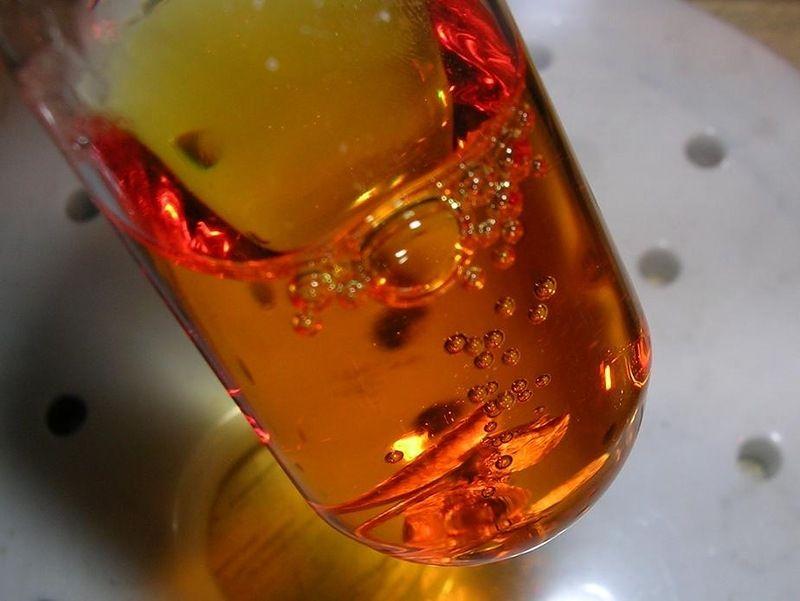 Золотая жидкость в стакане