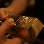 Слиток золота - из рук в руки
