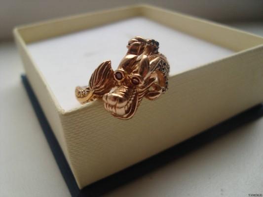 Золотая фигурка на коробке