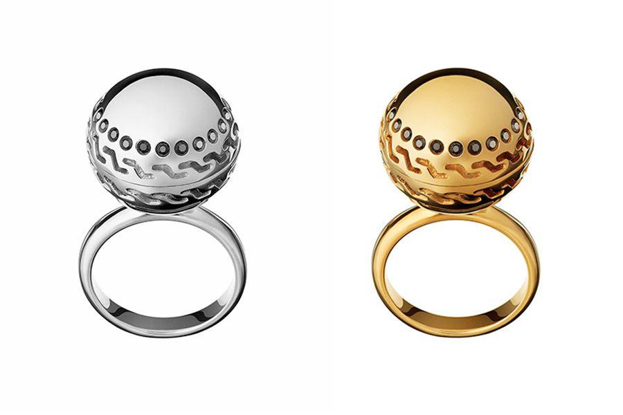2 одинаковых кольца из белого и классического золота