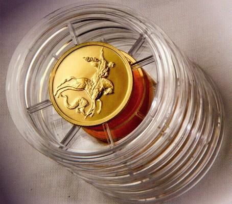 Стопка золотых монет в капсулах