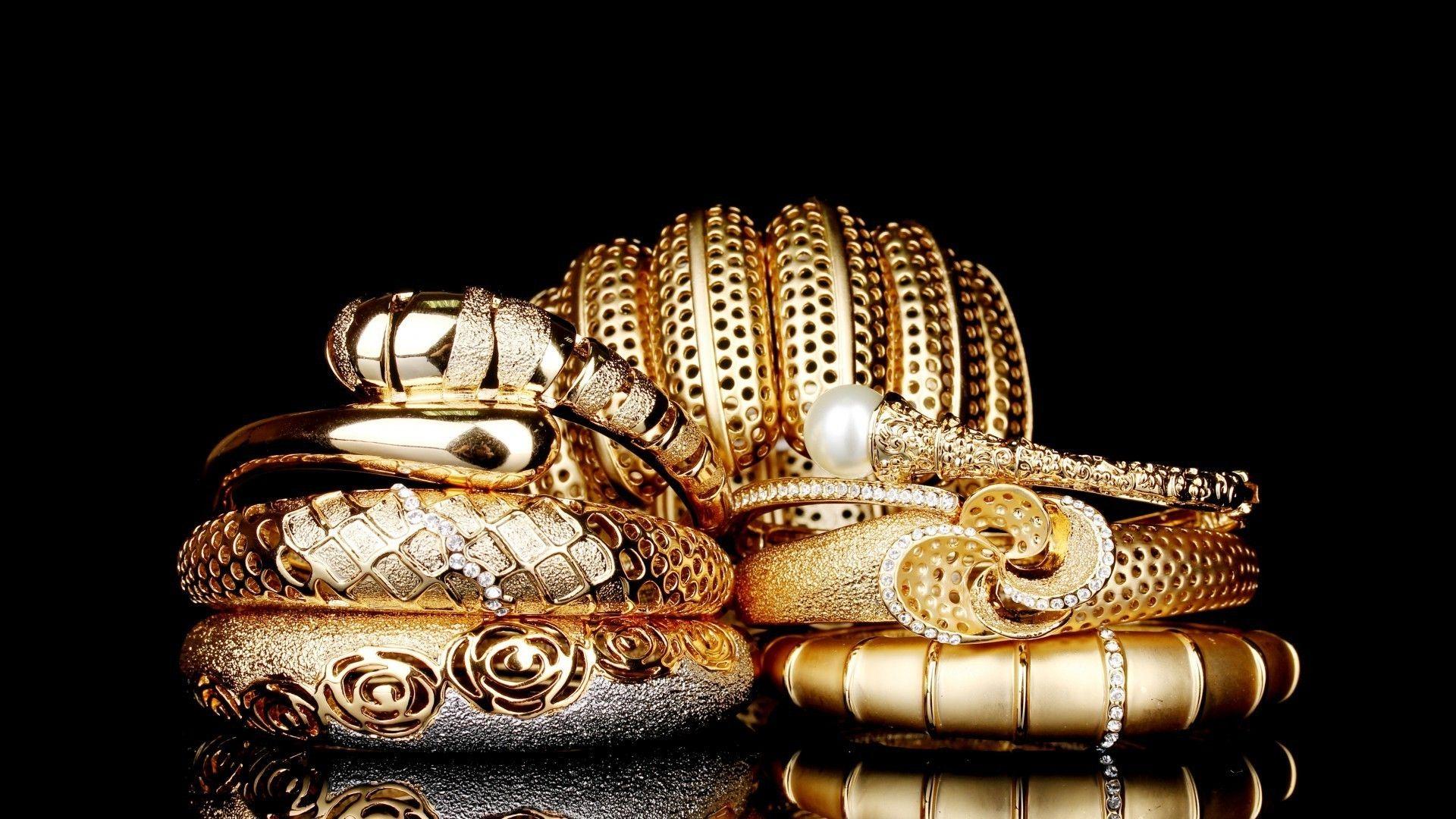 Золотые украшения на чёрном фоне