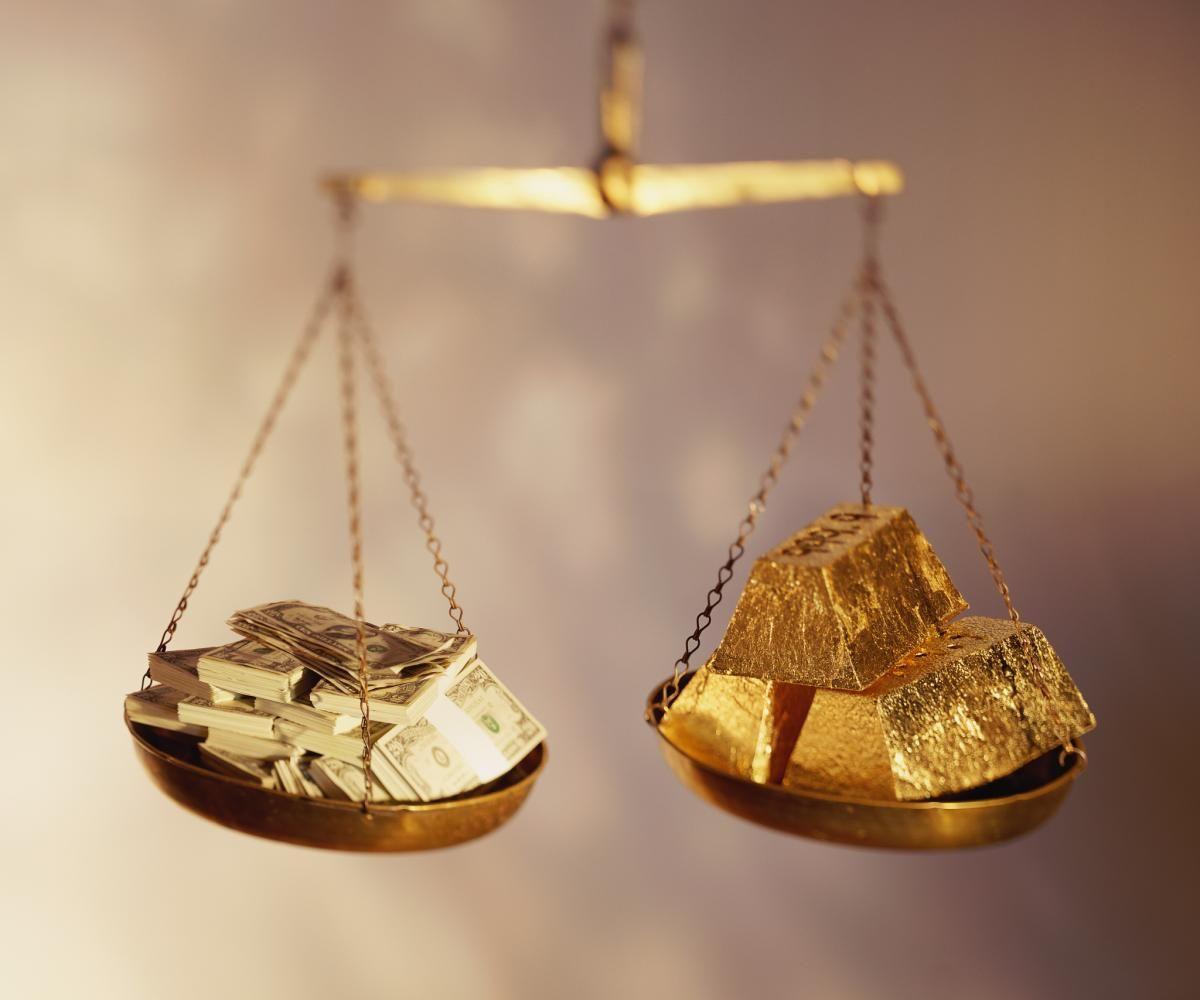 Золото и деньги на чашах весов
