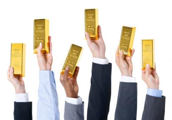 Руки со слитками золота