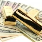 Золотые слитки поверх купюр долларов США