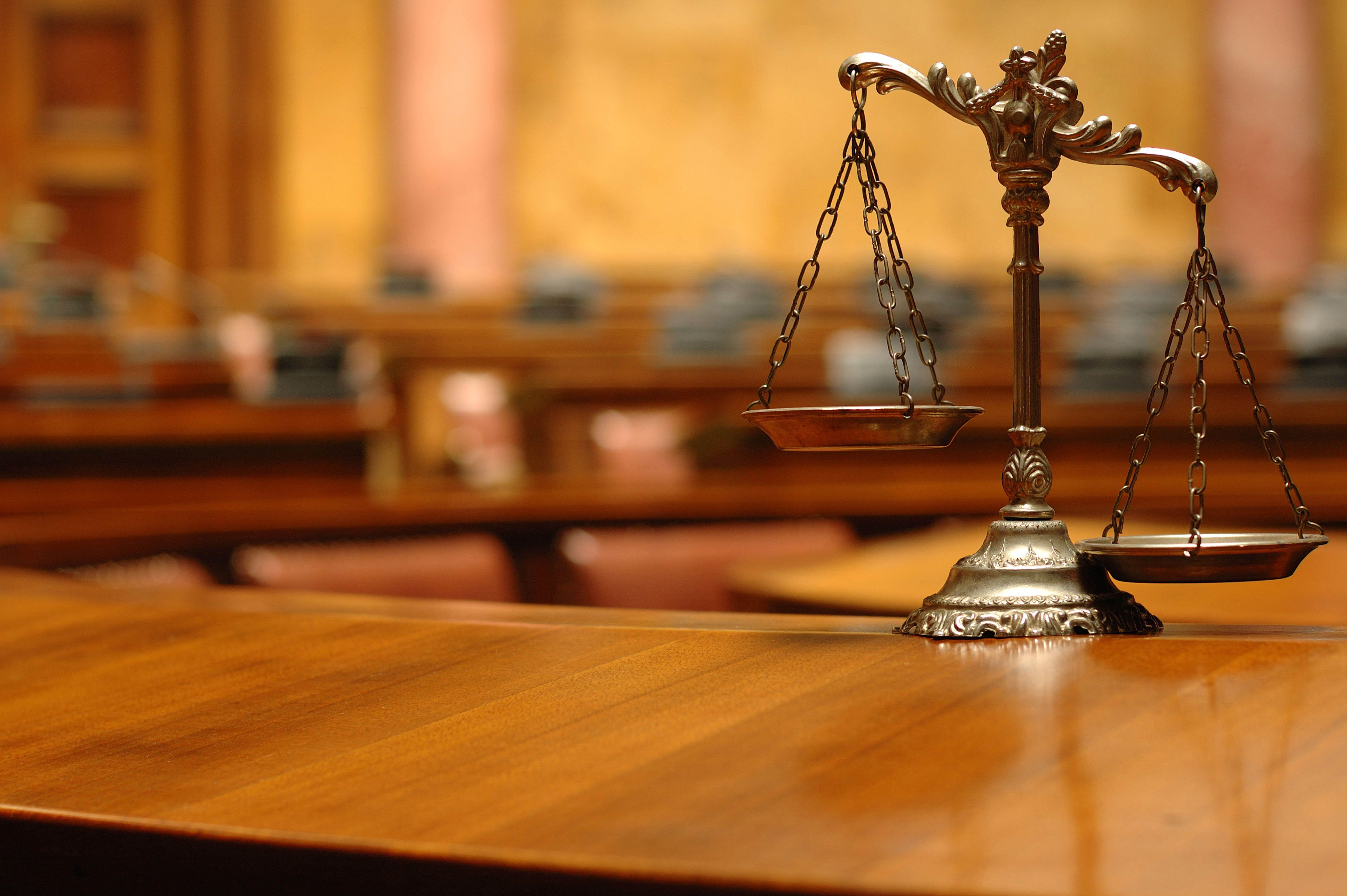 Чаша весов: правосудие, закон