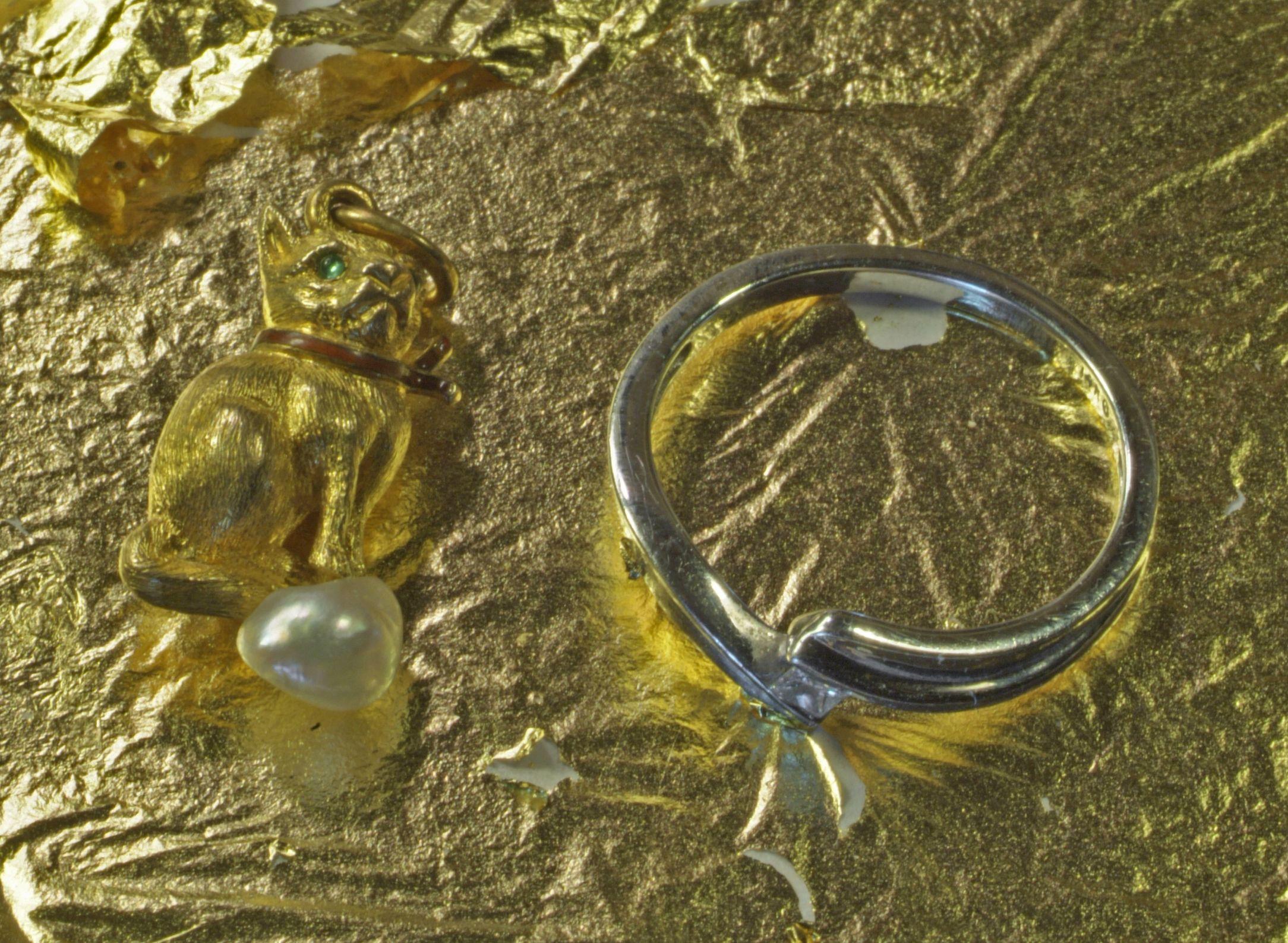 Серебряное кольцо на фоне золота