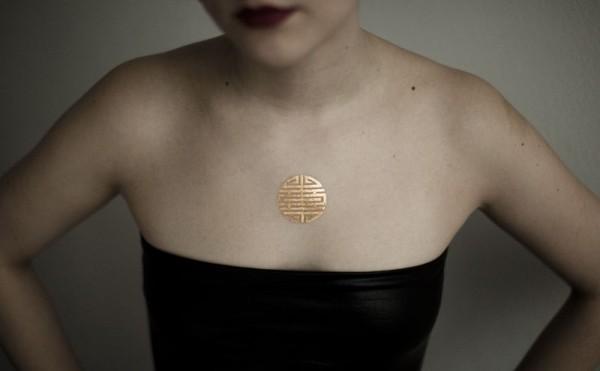 Золотая татуировка на теле