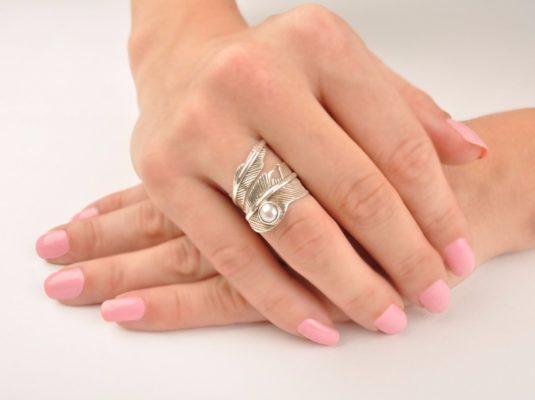 Серебряное кольцо с жемчугом на руке девушки