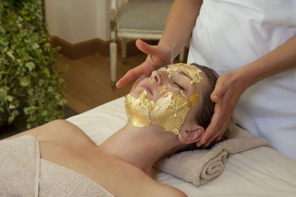 нанесение маски из золота на лицо