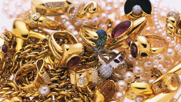 украшения из золота с разноцветными камнями