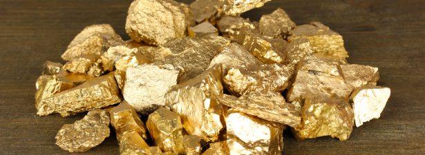 куски чистого золота и пинцет