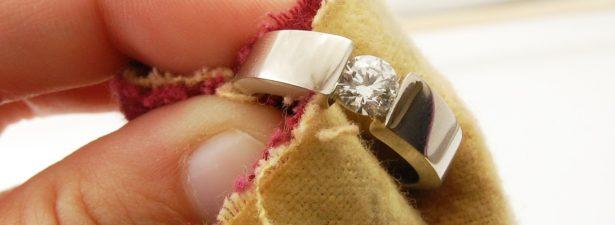 кольцо из платины протирается салфеткой