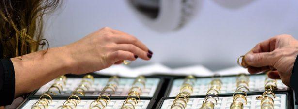 золотые кольца в подставке