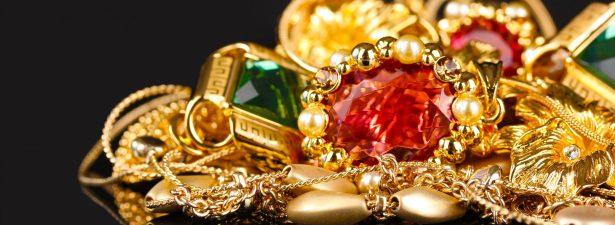 золотые украшения с камнями