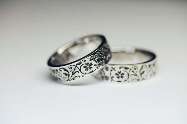 два родированных кольца с узорами