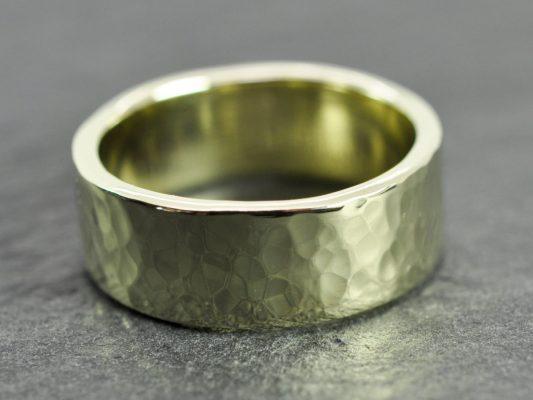 золотое изделие в виде кольца