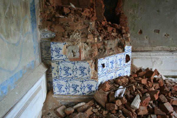 разобранная старинная печь из кирпичей
