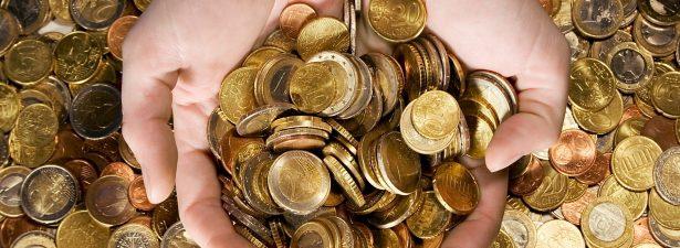 разные монеты в руках