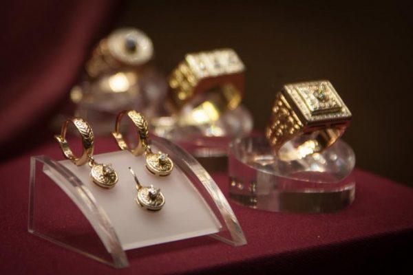 золотые украшения на подставках