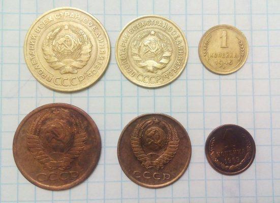 бронзовые монеты на бумаге