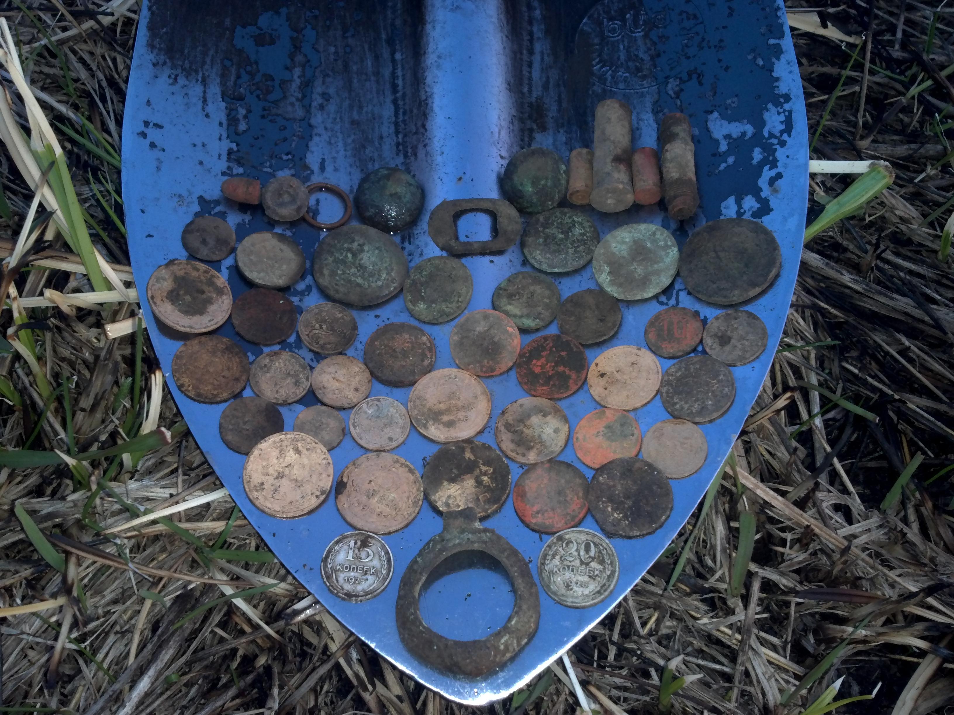 монеты в лопате