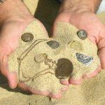 монеты и ценности в песке