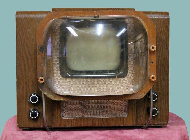 советский телевизор с увеличительной линзой